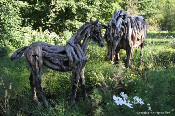 chevaux  réalisés à partir de bois trouvés dans la nature puis assemblés tels que (sans retouche). Chaque morceau de bois a été travaillé par la nature elle même. Seul l'assemblage de ces morceaux a été réalisé par l'artiste