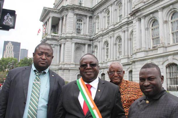 Délégation nigérienne devant l'hotel de ville à Montréal