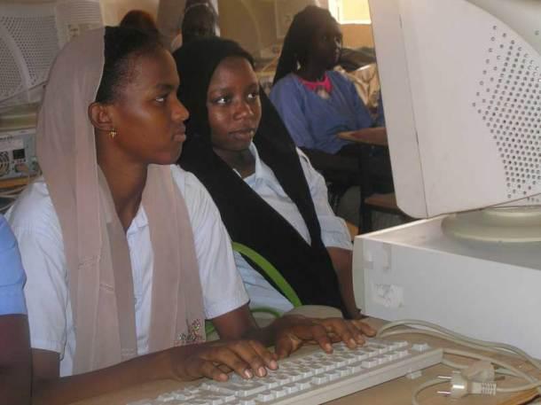 2 Nigériennes utilisant des ordinateurs envoyés par Micro Recyc en 2010. Depuis seuls les écrans plats sont utilisés
