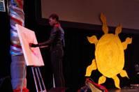 Artiste peintre peignant une oeuvre en direct